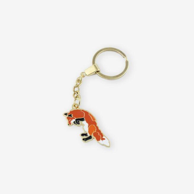 Breloki na zamówienie od producenta metalowaych odlewanych breloczków do kluczy od Pinswear wzór lis leśny łowca z leśnej serii pinów i breloków pakowany w ekologiczne pudełko