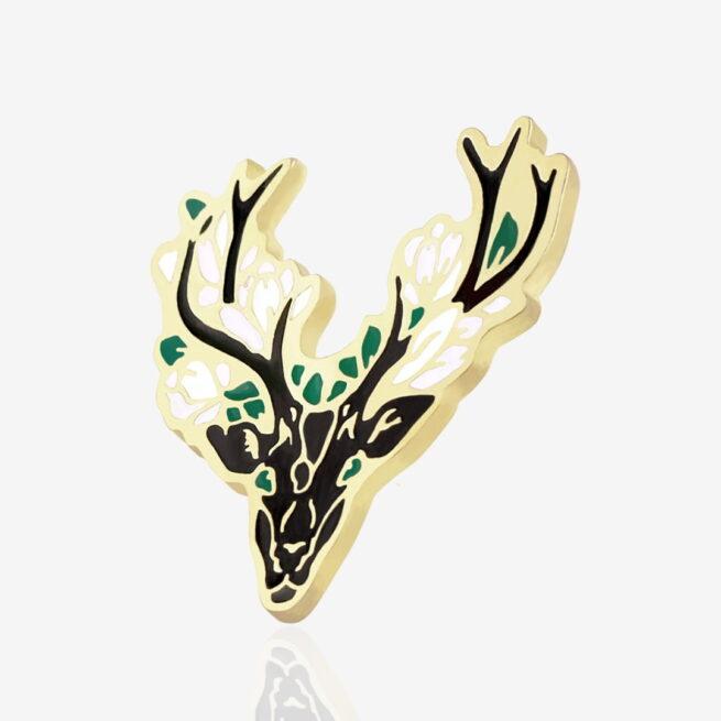 Przypinka z leśnej serii Jeleń duch lasu z kawiatami między porożem od Polskiego producenta emaliowanych przypinek
