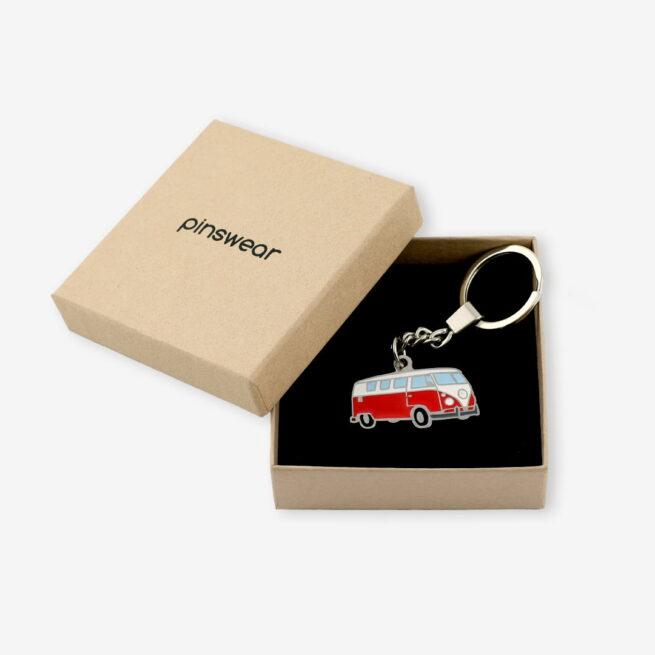 Ręcznie malowany brelok w kształcie samochodu ogórka od Pinswear w pudełku