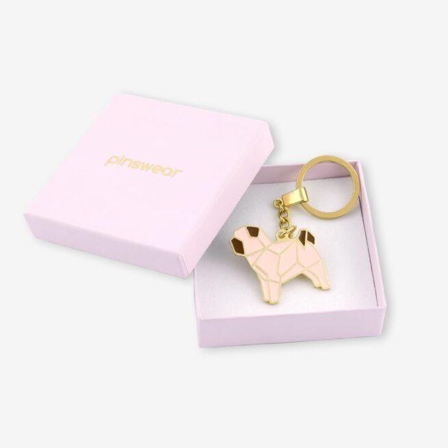Brelok ręcznie malowany pies rasy mops geometryczny na łańcuszku pakowany w różowe eleganckie pudełko od producenta Pinswear