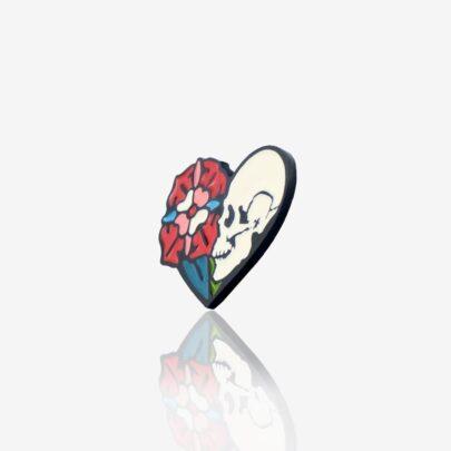 Ręcznie malowana przypinka w kształcie serca w środku retro czaszka z kwiatem od producenta ręcznie malowanych pinów od Pinswear