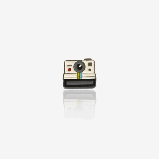 Pins retro aparat polaroid ręcznie emaliowany dla miłośników fotografii od producenta metalowych przypinek od Pinswear