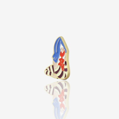 """Metalowe przypinki dziewczyna ćwicząca jogę w pozycji """"Vrksasana"""" od producenta ręcznie emaliowanych pinów od Pinswear"""