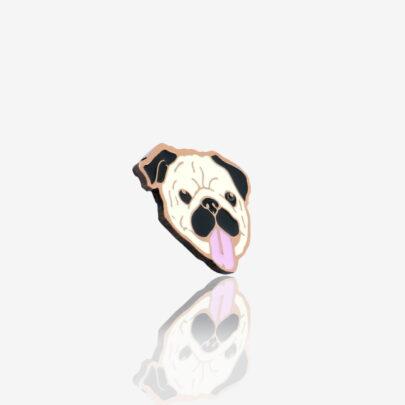 Przypinka metalowa Mops Stefan głowa psa rasy mops z wyciągnietym językiem od producenta pinów ręcznie mealowanych od Pinswear