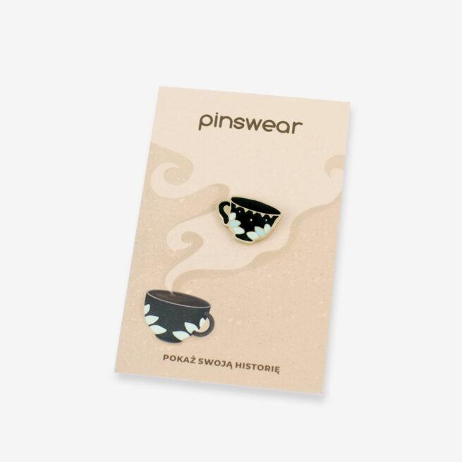 Ręcznie malowane przypinki dla kawoszy oraz baristów filiżanka czarnej kawy od producenta pinów od Pinswear