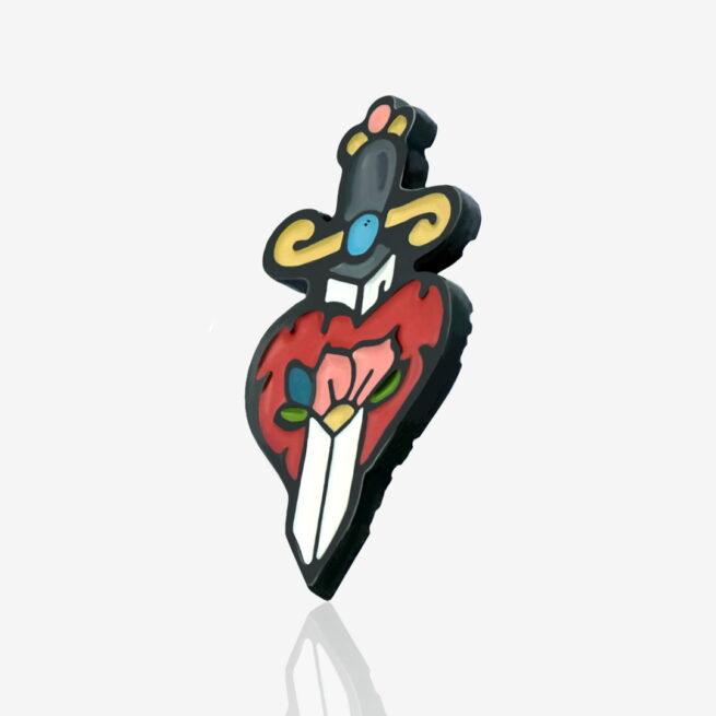 Przypinka z serii miłosnych pinów dla zakochanych na walentynki retro serce przebite sztyletem wpiete do karteczki od producenta pinów ręcznie malowanych od Pinswear
