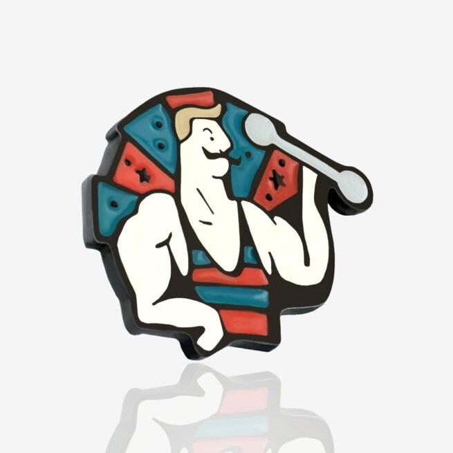Pinsy metalowe od producenta Pinswear zaprojektowane przez studio graficzne Polkadot siłacz Anatol z czarnym wąsem trenujący z ciężarkiem w ręku w retro koszulce