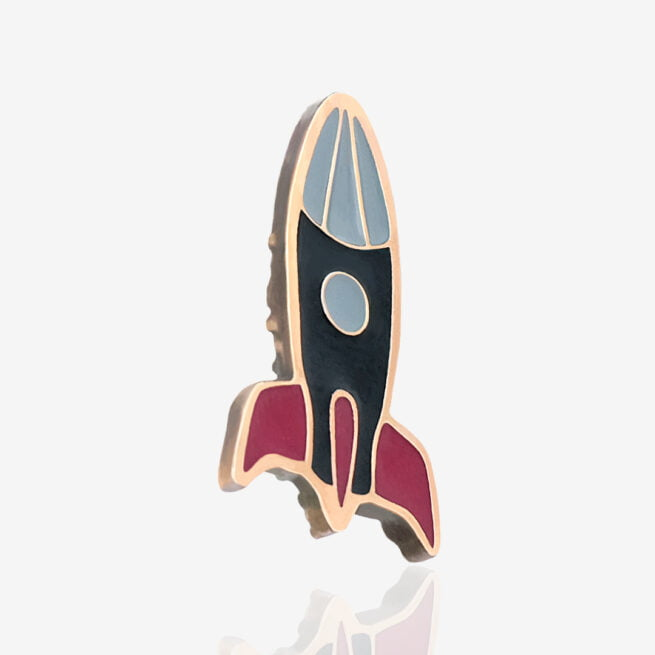 Metalowy pin z serii kosmicznej space rocket rakieta kosmiczna gotowa do odlotu od Pinswear producenta pinów ręcznie malowanych