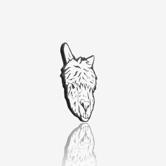 """Metalowa przypinka na zamówienie alpaka Agatka """"Albinoska"""" w czarnym metalu od Polskiego producenta ręcznie emaliowanych przypinek od Pinswear"""