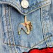 """Metalowe przypinki dziewczyna ćwicząca jogę w pozycji """"Trikonasana"""" wpieta w jensową kurtkę od producenta ręcznie emaliowanych pinów od Pinswear"""