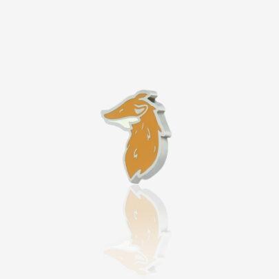 Wzór rudy lisek chytrusek w wykończeniu czarnego metalu od producenta pinów metalowych ręcznie malowanych od Pinswear
