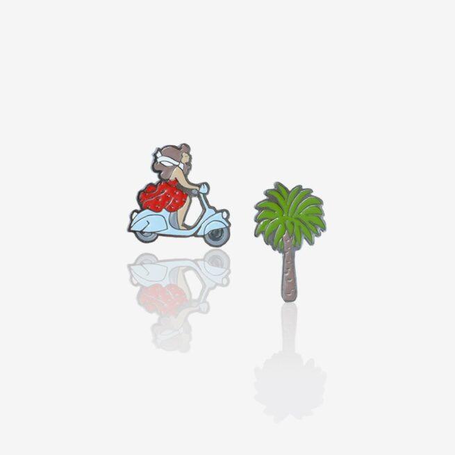 Przypinki metalowe na zamówienie set Włoskie wakacje na karteczce palma i dziewczyna w czerwonej sukience na niebieskim skuterze od Polskiego producent ręcznie emaliowanych pinów od Pinswear