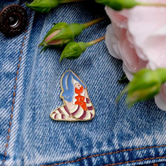"""Metalowe przypinki ruda dziewczyna ćwicząca jogę w pozycji """"Rajakapotasana"""" od producenta ręcznie emaliowanych pinów od Pinswear"""