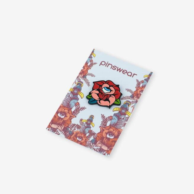 Seria walentynkowych miłosnych pinow dla zakochanych retro czerwona róża z okiem w środku wpieta w karteczkę ręcznie emaliowana przypinka od producenta Pinswear