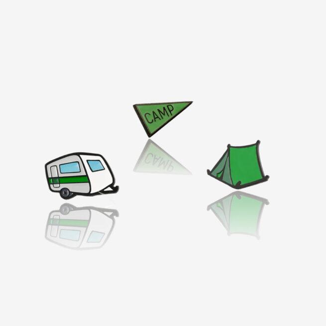 """Metalowe przypinki zielony namiot, przyczepa campingowa i flaga """"camp"""" od producenta ręcznie malowanych pinow od Pinswear"""