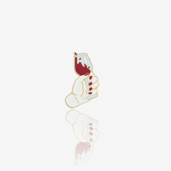Metalowy pin w kształcie damskiej ręki z kieliszkiem wina od producenta ręcznie malowanych przypinek od Pinswear