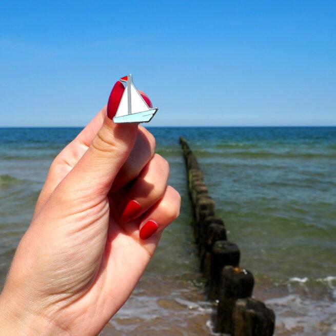 Ręcznie malowany pin żaglówka Seawolf z czerwoną flagą od Polskiego producenta przypinek metalowych do kurtki od Pinswear