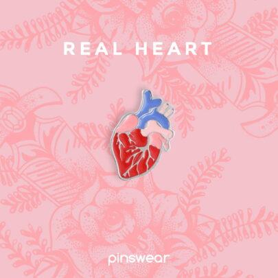 Realistyczny, krwistoczerwony pin w kształcie serca ręcznie emaliowany od producenta od Pinswear