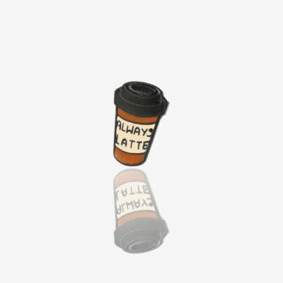 """Ręcznie malowana przypinka w kształcie kubka kawy latte """"Always latte"""" od producenta metalowych pinów od Pinswear"""