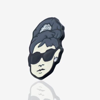 Przypinka Audrey Hepburn w czarnych okularach wpięty na kołnierzyku jeansowej kurtki na zamówienie od producenta pinsów Pinswear