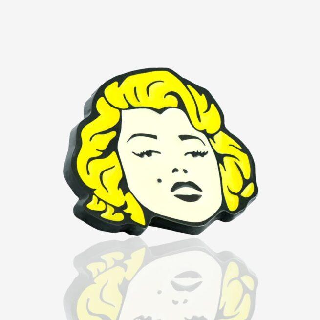 Ręcznie malowana przypinka Marilyn wpieta w jeansową kurtkę od producenta ręcznie malowanych pinów od Pinswear