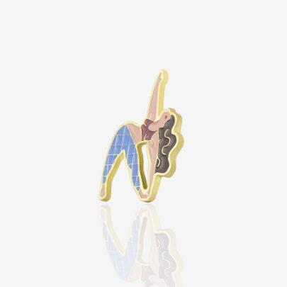 """Metalowe przypinki dziewczyna ćwicząca jogę w pozycji """"Trikonasana"""" wpieta w karteczkę od producenta ręcznie emaliowanych pinów od Pinswear"""