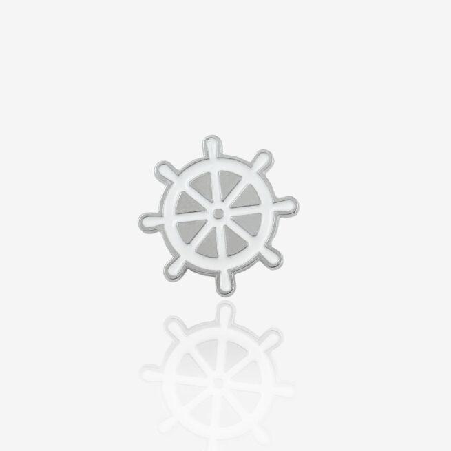 Jeden z czterech morskich wzorów przypinek metalowych, Ster rudder wpiety w szelkę buldoga francuskiego, wkacyjny motyw pinów, od Pinswear producenta pinów meatlowych ręcznie malowanych