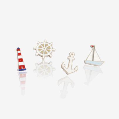 Set czterech wakacyjnych morskich wozrów ahoj przygodo kotwica, koło sterowe, ster, latarnia morska, łódka, żaglówka od Pinswear producenta ręcznie malowanych przypinek