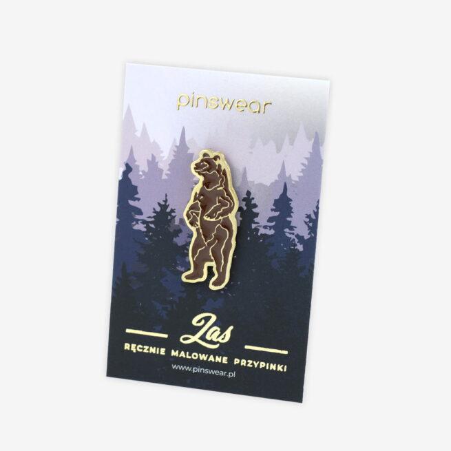 Pinsy z leśnej serii od Pinswear producenta emaliowanych pinów metalowych niedźwiedź brunatny stojący na dwóch łapach