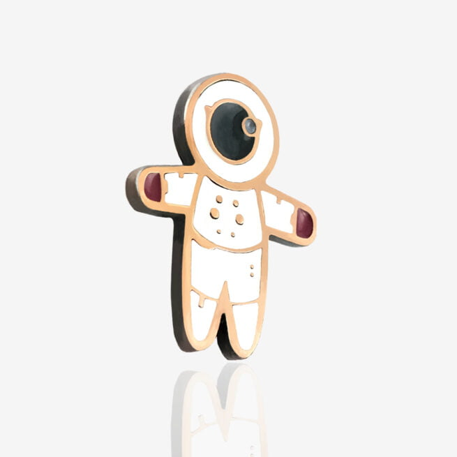 Ręcznie malowana przypinka małego astronauty od Pinswear producenta metalowych pinów