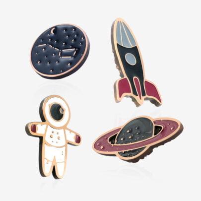 Seria kosmicznych pinów ręcznie malowanych planeta pnswr17, rakieta kosmiczna, mały kosmonauta. wielki wóz od producenta ręcznie malowanych przypinek od Pinswear