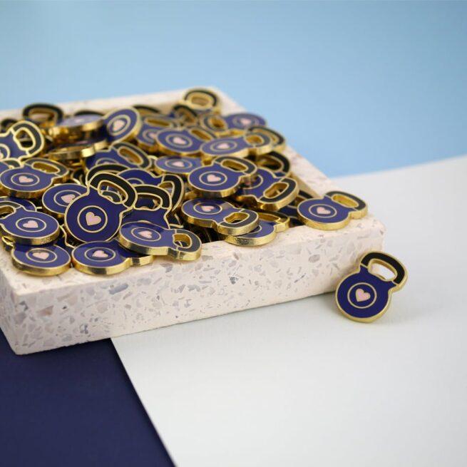 Ręcznie malowane piny w kształcie ciężąrka Kettlebell z serduszkiem w środku od producenta metalowych pinów od Pinswear