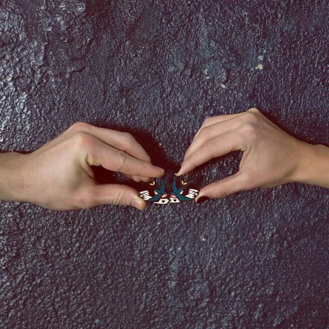 Pinsy set walentynkowy Jaskółki trzymane przez dwie dłonie pary na zamówienie od producenta ręcznie emaliowanych pinów Pinswear