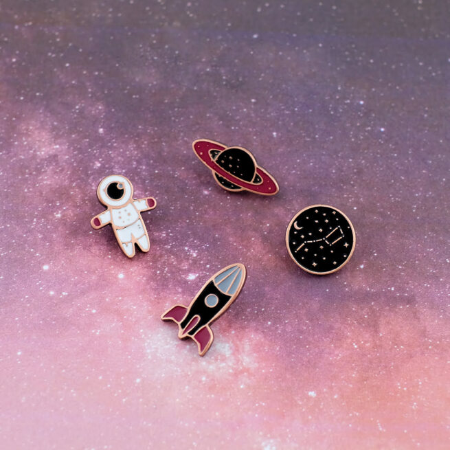 Set kosmiczny space set cztery wzoru metalowych pinów od Pinswear wielki wóz, rakieta, mały kosmonauta, planeta od producenta ręcznie malowanych pinów