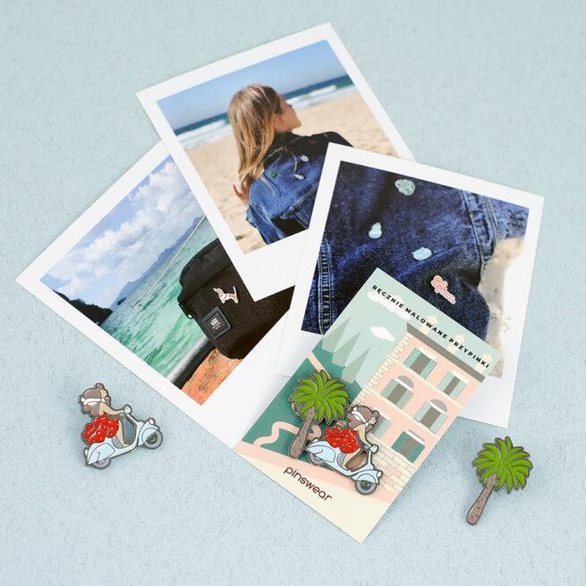Ręcznie malowane przypinki set dówch pinow włoskie wakacje palma i dziewczyna w czerwonej sukience na skuterze wpiete na karteczkę w tel zdjęcia z polaroida piny od producenta metalowych przypinek od Pinswear