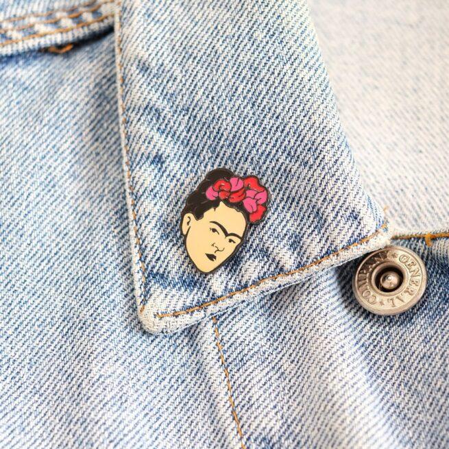 Pins twórcza Frida Kahlo meksykańsa artystka malarka jedna brew pin z serii kobiet od producenta ręcznie emaliowanych przypinek od Pinswear wpięta w kołnierzyk jeansowej kurtki