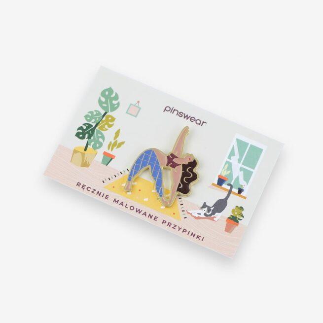 """Metalowe przypinki ruda dziewczyna ćwicząca jogę w pozycji """"Trikonasana"""" wpieta w karteczkę od producenta ręcznie emaliowanych pinów od Pinswear"""
