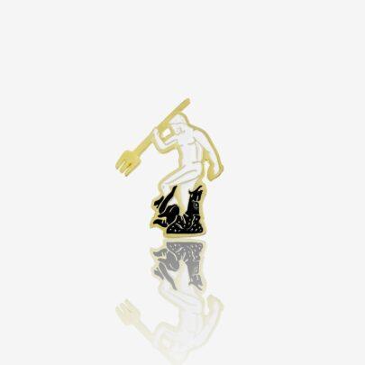 Ręcznie malowana przypinka w kształcie posągu boga mórz Neptuna z trójzębem w złotym wykończeniu od Pinswear producenta metalowych pinów