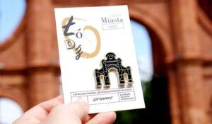 Ręcznie malowane piny brama fabryki manufaktury od producenta metalowych pinów od Pinswear