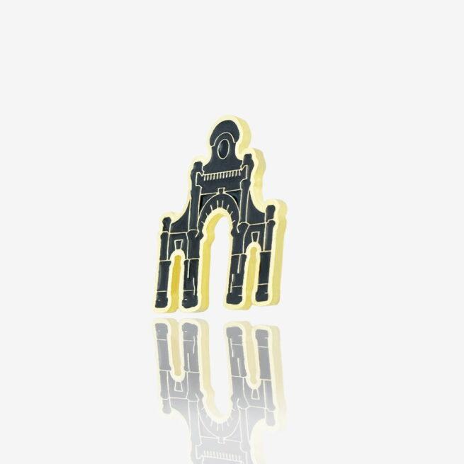 Ręcznie malowana przypinka w kształcie bramy fabryki Poznańskiego, brama Manufaktury w zlotym wykończeniu od Pinswear producenta metalowych pinów