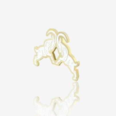 Ręcznie malowana przypinka w kształcie trykających się poznańskich koziołków w złotym wykończeniu pin wpiety w karteczkę od Pinswear producenta metalowych pinów