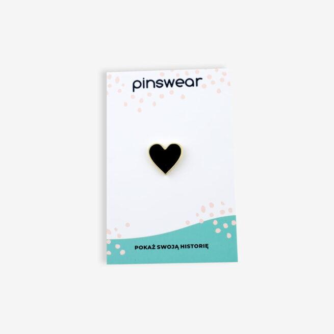 Ręcznie malowany, metalowy pin czarne serduszko od producenta pinów od Pinswear