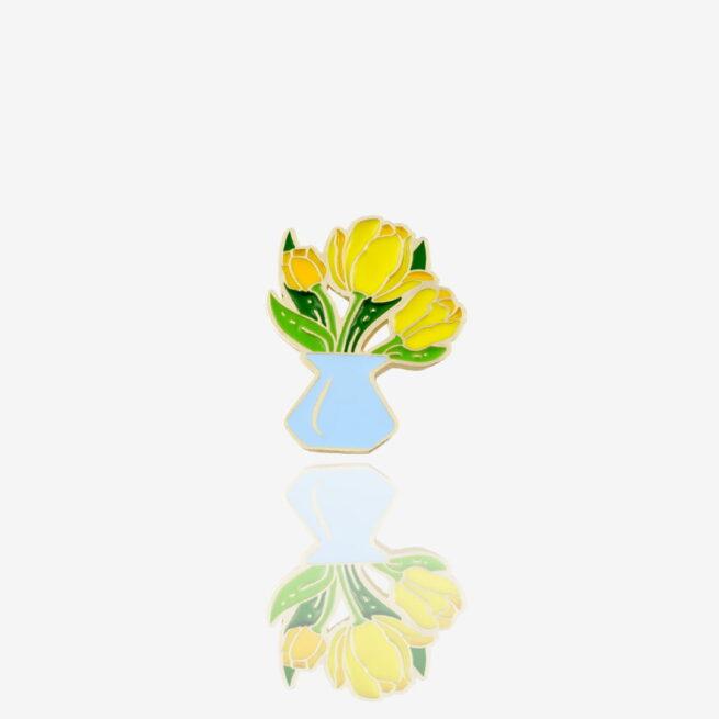 Rećznie malowane metalowe piny w kształcie żółtych tulipanów w niebieskim wazonie wyprudokowane w Polsce od producenta metalowych pinów od Pinswear