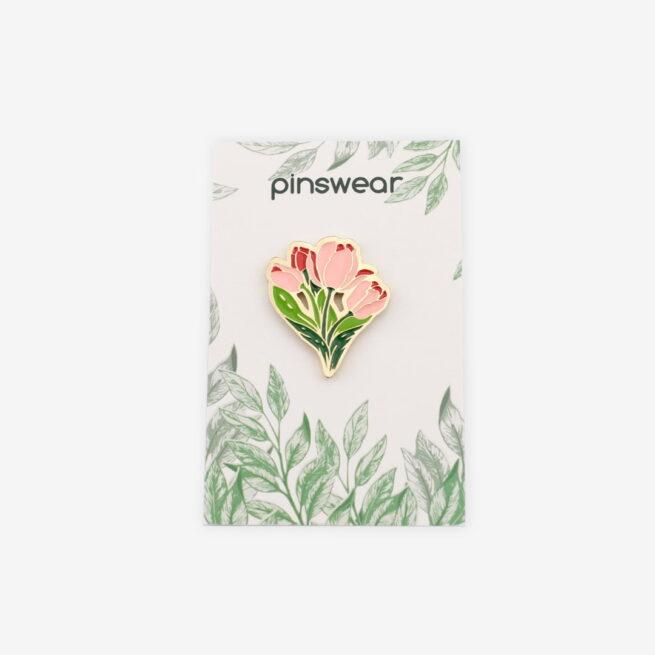 Ręcznie malowne przypinki w kształcie czerwony tulipanów od producenta metalowych pinów od Pinswear wpiete w karteczkę