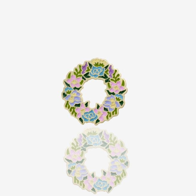 Ręcznie malowane piny w złotym wykończeniu w kształcie kwiatowego wianka od producenta metalowych pinów od pinswear