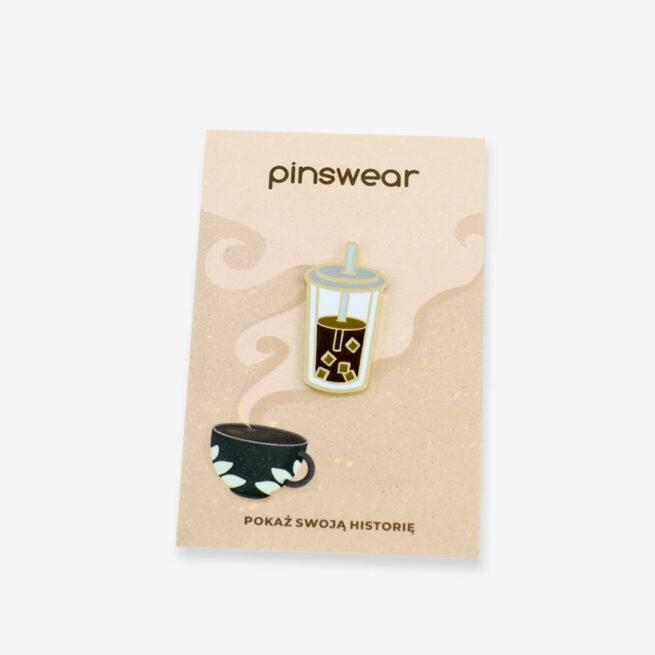 Ręcznie malowane przypinki z serii czas na kawę, kubek mrożonej kawy z kostkami lodu i słomką wykończony na złoto od producenta metlowych przypinek od Pinswear wpięty w personalizowaną karteczkę
