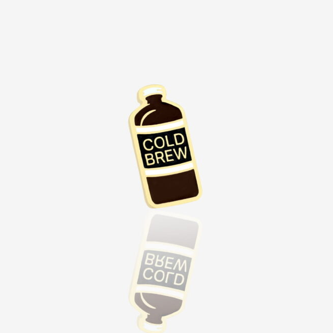 Ręcznie malowane przypinki z serii czas na kawę, butelka kawy macerowanej na zimno wykończony na złoto od producenta metlowych przypinek od Pinswear