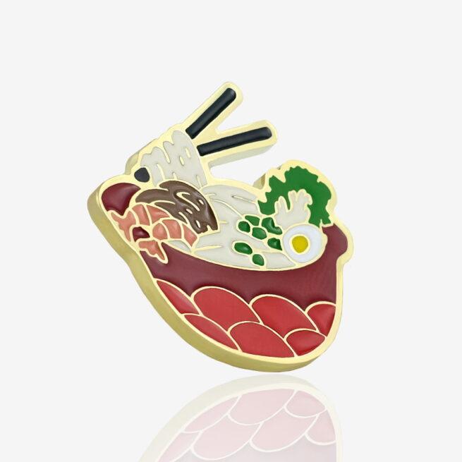 Ręcznie malowany pin kultowa zupa azjatycja ramen z jajkiem, czaszu i krewetkami w czerwonej dekoracyjnej misce od producenta metalowych pinów od Pinswear