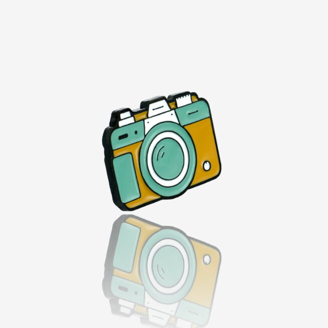 Ręcznie malowany pin retro aparat od producenta metalowych pinów od Pinswear