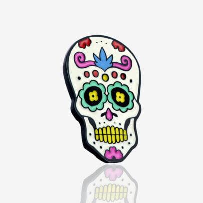 Ręcznie malowany pin meksykańska czaszka de muertos wykończona w czarnym patynolu od producenta metalowych pinów od Pinswear